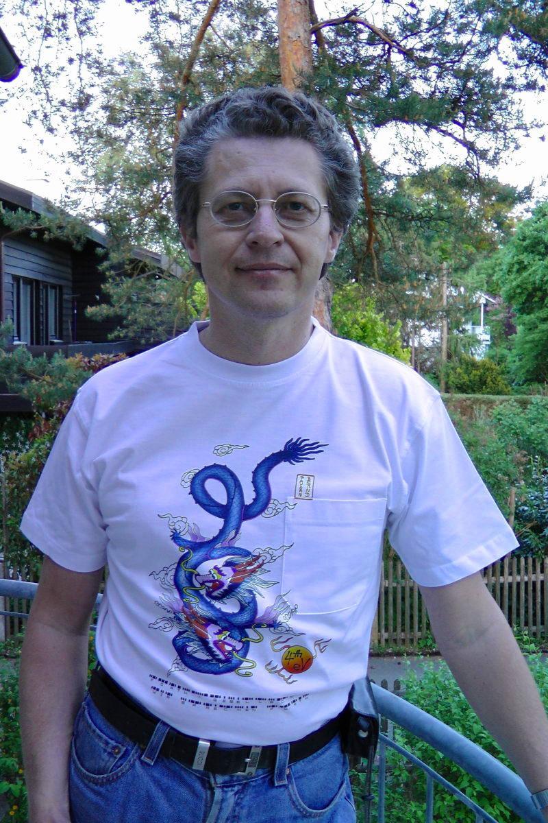 und weißem T-Shirt