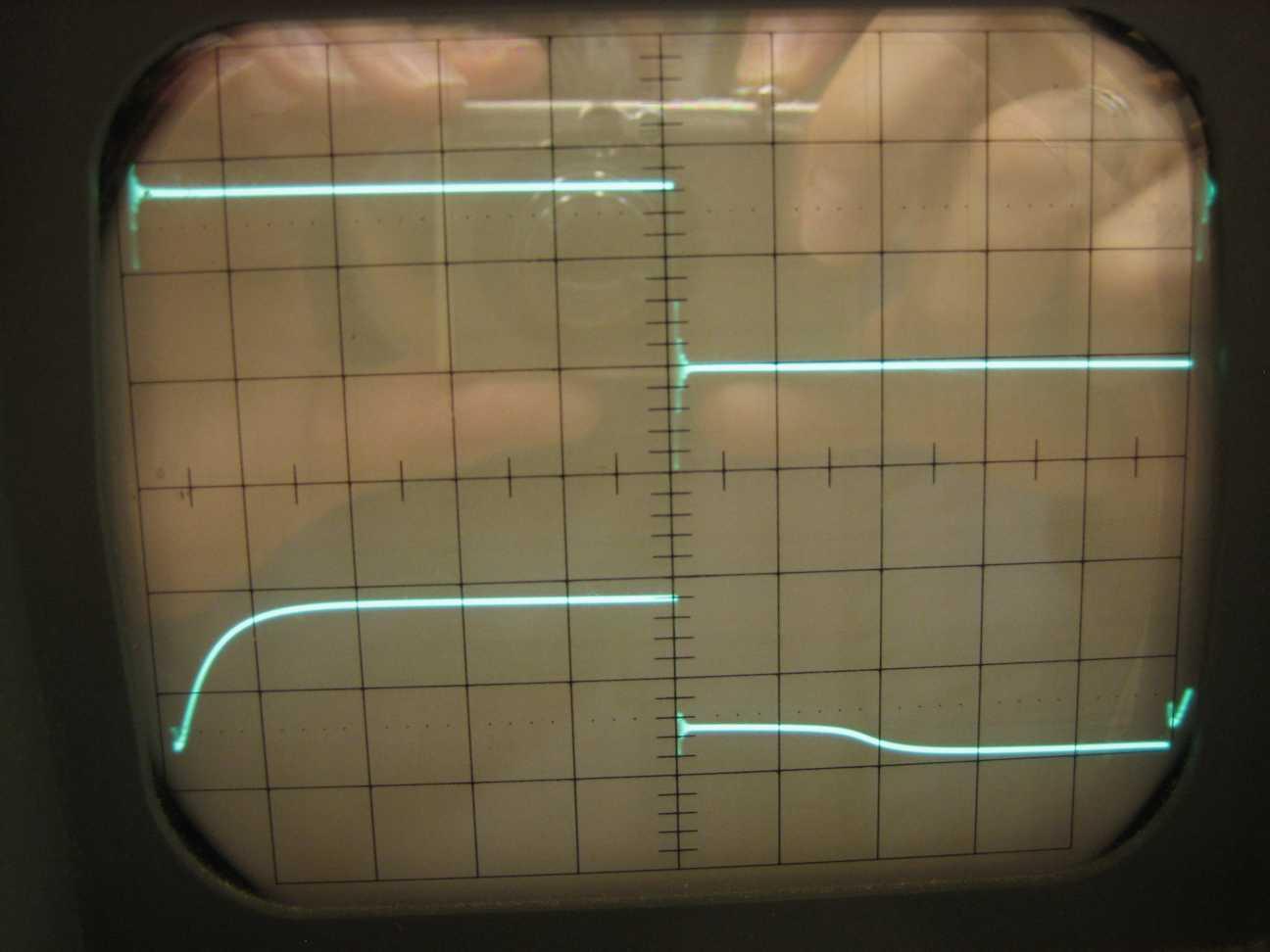Oben: PWM. Unten: Spannung hinter der Spule an 1KΩ mit Freilaufdiode über der Spule.Horizontal 5µs/cm. Vertikal 2V/cm