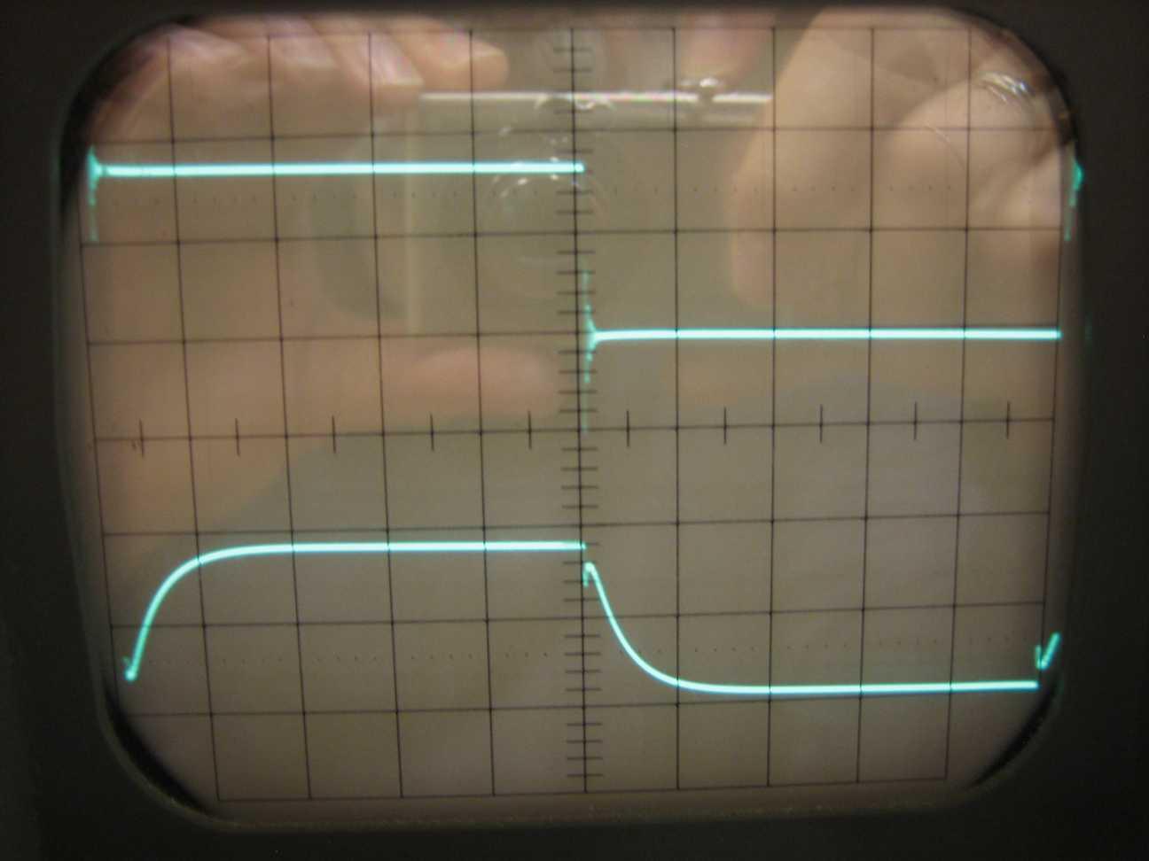 Oben: PWM. Unten: Spannung hinter der Spule an 1KΩ. Horizontal 5µs/cm. Vertikal 2V/cm