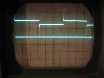 """Lautsprecher angeschlossen. """"1"""" noch 2V, """"0"""" nun 1,6V. Gitter 1cm; Horizontal 0,5ms/cm, vertikal 1V/cm; Hilfsline auf 0V"""