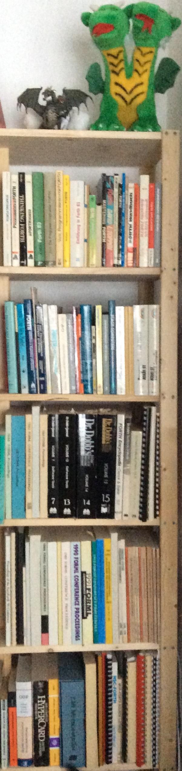 Die KKS-Sammlung 1/2018. Annähernd gleich groß existiert noch ein Regal im Keller, mit Ordnern voller Forth-Artikel und dem Forth-Magazin.